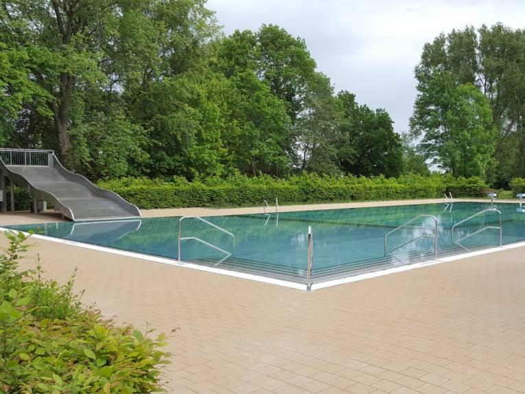 Schwimmbecken mit großer Rutsche