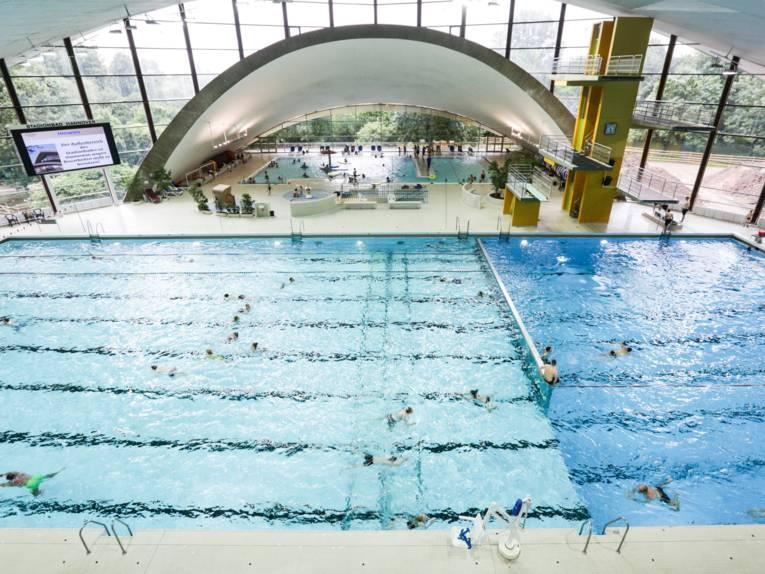 Hallenbad Schwimmbecken und Sprungturm Innenansicht