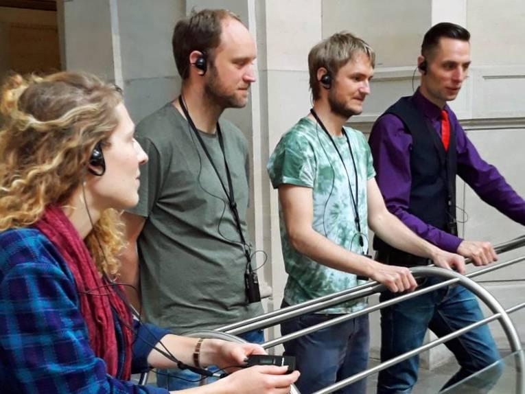 Eine Gruppe steht um ein Stadtmodell von Hannover.