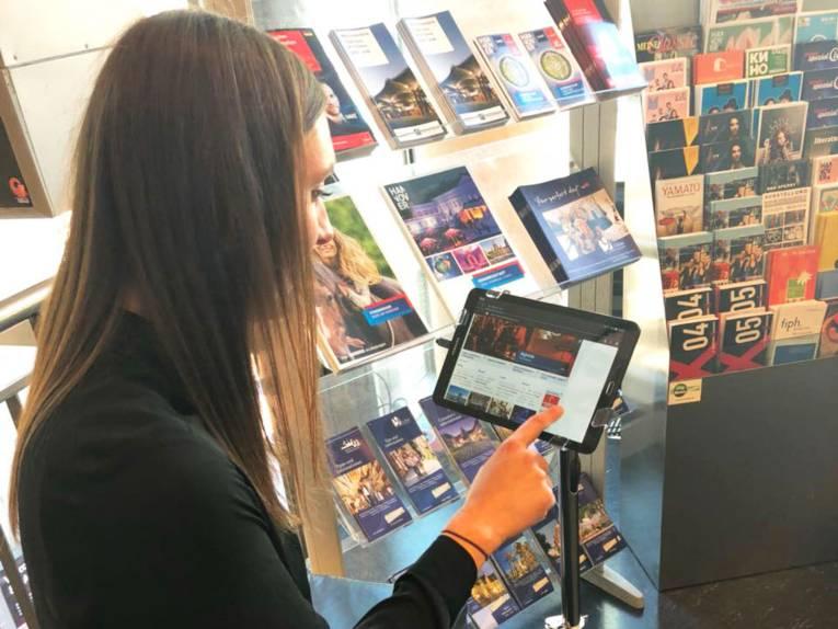 Tablet in der Tourist Information