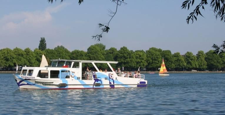 Der Maschsee-Dampfer fährt auf dem Maschsee.