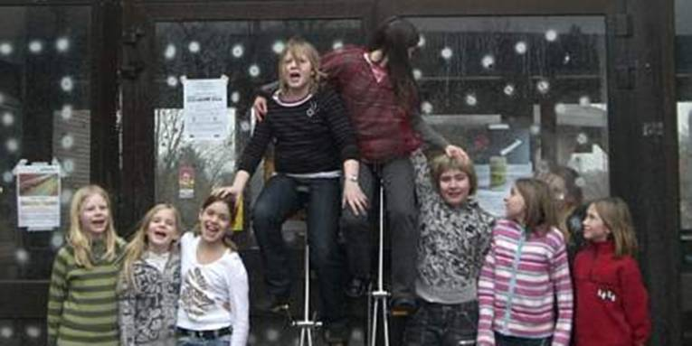 Kinder vor dem Haus der Jugend