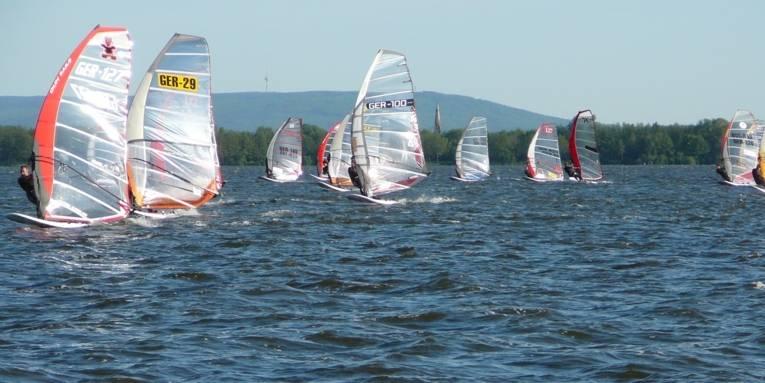 Segelboote fahren auf dem Steinhuder Meer.
