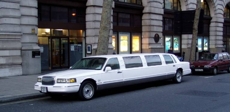 Eine Limousine steht auf der Straße.