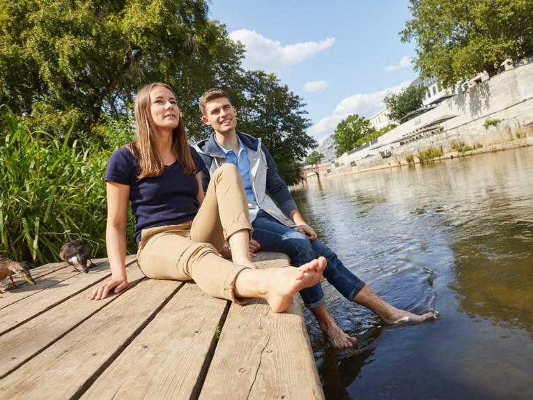 Pärchen sitzt am Hohen Ufer