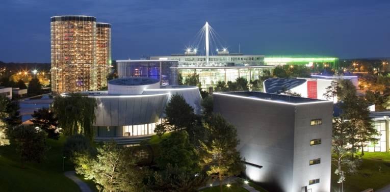 Die Autostadt Wolfsburg bei Nacht