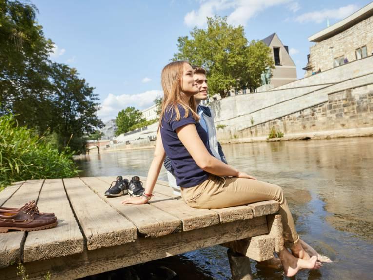 Paar sitzt auf einem Steg am Hohen Ufer