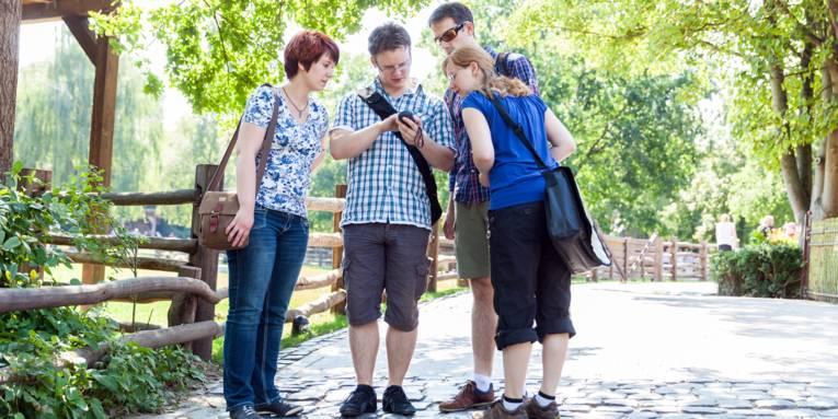 Vier Menschen beim Geocaching.