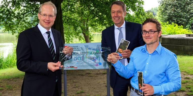 Oberbürgermeister Stefan Schostok, HMTG-Geschäftsführer Hans Nolte und Daniel Pflieger, Geschäftsführer der GeheimPunkt GmbH, (v.l.) bei der Vorstellung der neuen Geotour.