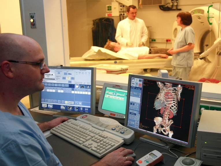 Auf diesem Bild kann man einen Arzt, seinen Patienten und zwei Krankenpfleger der Medizinischen Hochschule Hannover sehen.