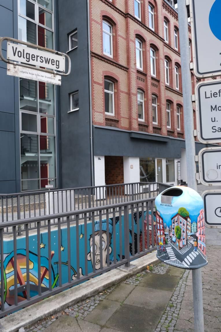 Künstlerischer Mülleimer im Volgersweg/Berliner Allee