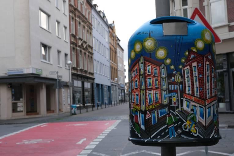 Künstlerischer Mülleimer hinter der Unterführung im Volgersweg