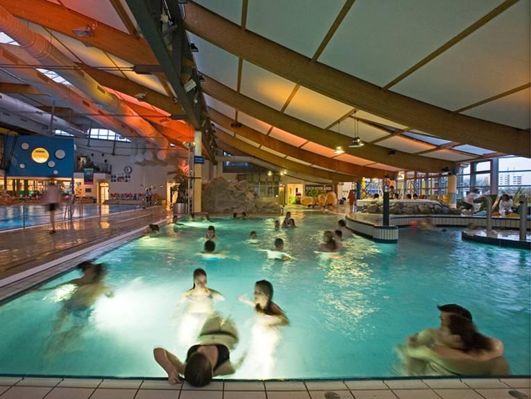 Einige Besucher schwimmen im Aqua Laatzium.