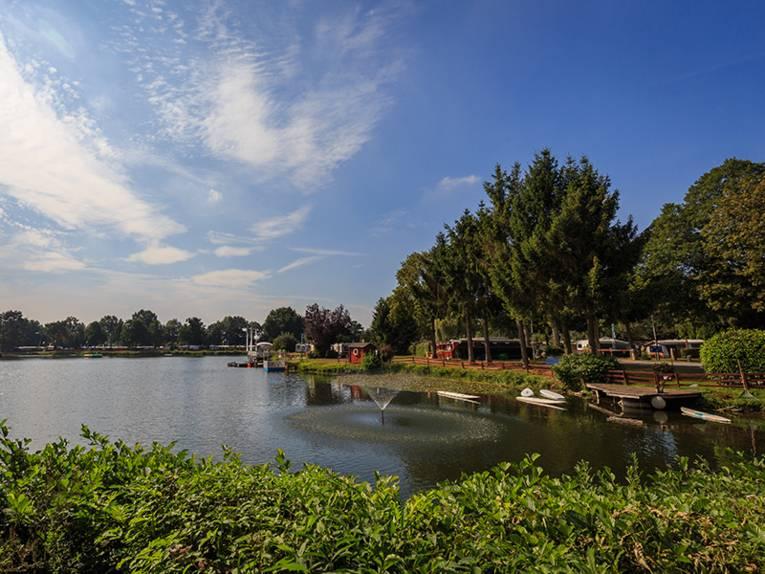 Natals Heidesee ist ein Badeparadies. Ein See umgeben von Bäumen.