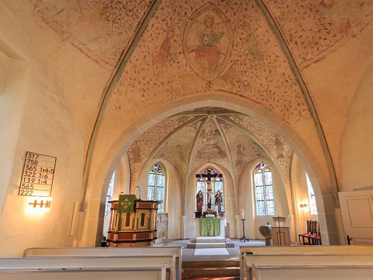 Das Innere der St. Petri Kirche in Burgwedel ist abgebildet.