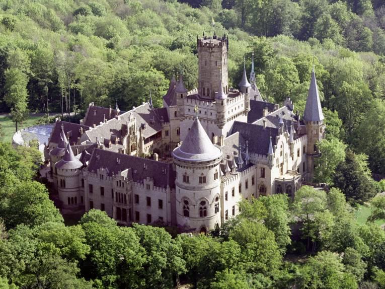 Schloss Marienburg umrahmt von Bäumen aus der Vogelperspektive.