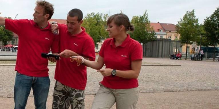 junge Leute mit GPS-Gerät
