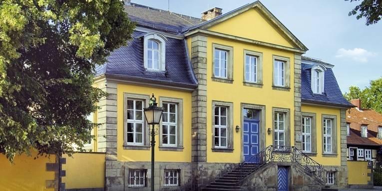 Vorderansicht Hardenbergschen Haus im Sommer