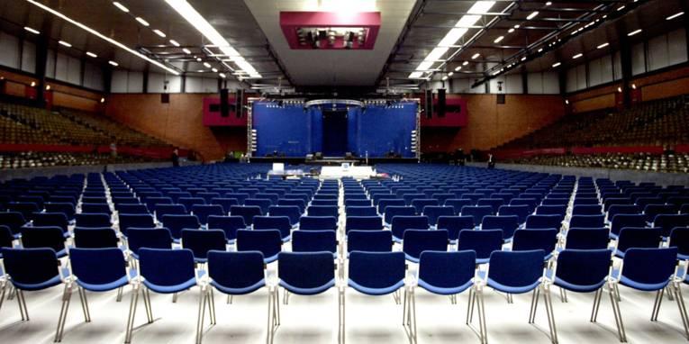 Swiss Life Hall von Innen, in Stuhlreihen bestuhlt.