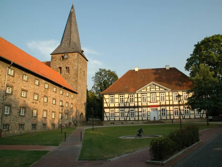 Sicht auf das Kloster und das Tagungszentrum, die von der Sonne angestrahlt werden.