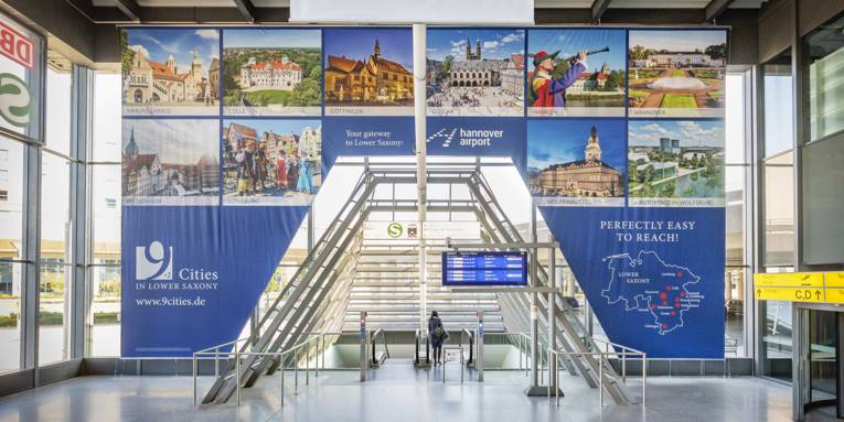 Ein mehr als 100 Quadratmeter großes Banner wirbt ab sofort am Hannover Airport für den niedersächsischen Städtetourismus.
