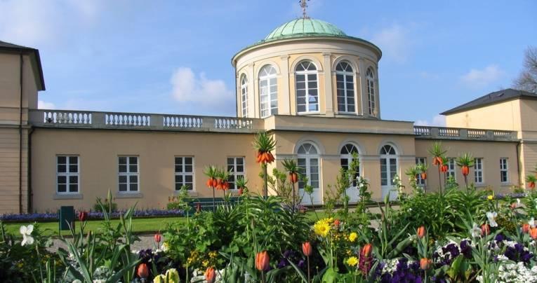 Das Bibliotheksgebäude in den Herrenhäuser Gärten.