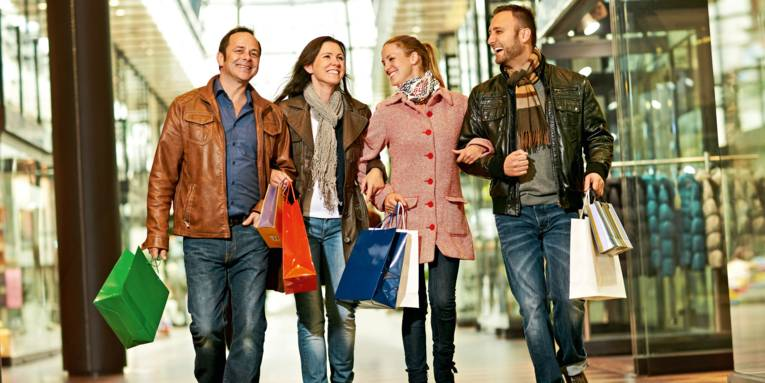 Vier Menschen beim Shoppen