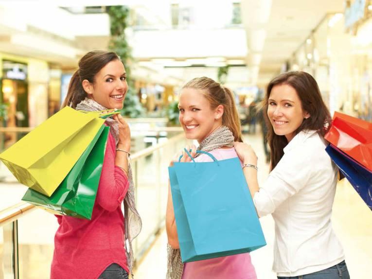 Drei Frauen beim Shoppen