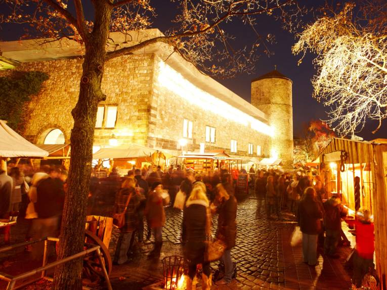 Kerstmarkt op de rivierbanken van de Leine