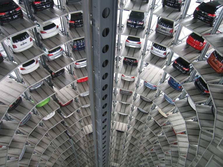 In einem runden Turm stehen viele Autos.