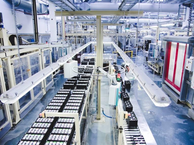 Eine Fabrik in der Autobatterien gefertigt werden.