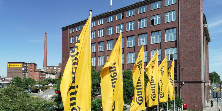 Gelbe Flagge von einem großen Gebäudekomplex.