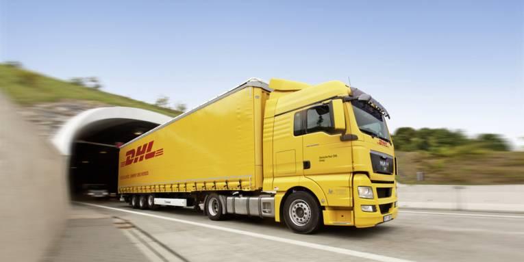 Ein LKW kommt aus einem Tunnel gefahren.