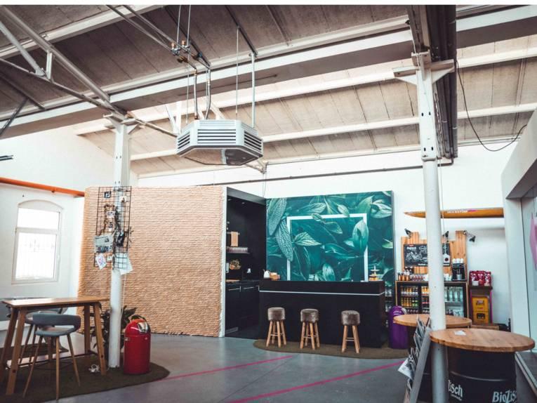 Eisenwerk Hannover - Raum mit  Möbeln und einer Bar.