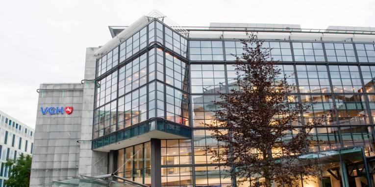 Ein modernes Gebäude mit einer Glasfassade.