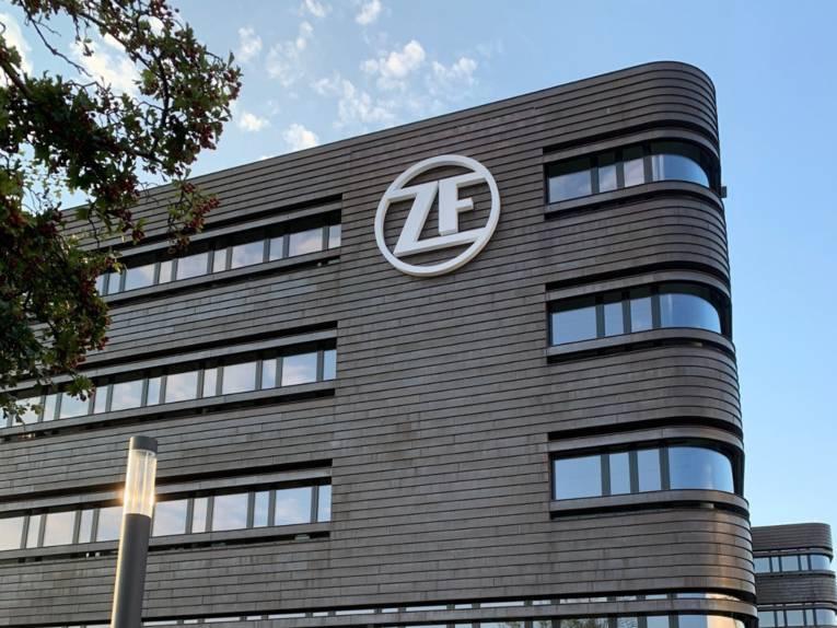 Ein modernes Bürogebäude mit einem Logo an der Fassade.