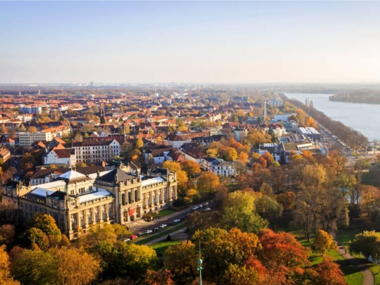 Herbstlicher Ausblick von der Rathauskuppel mit Landesmuseum.