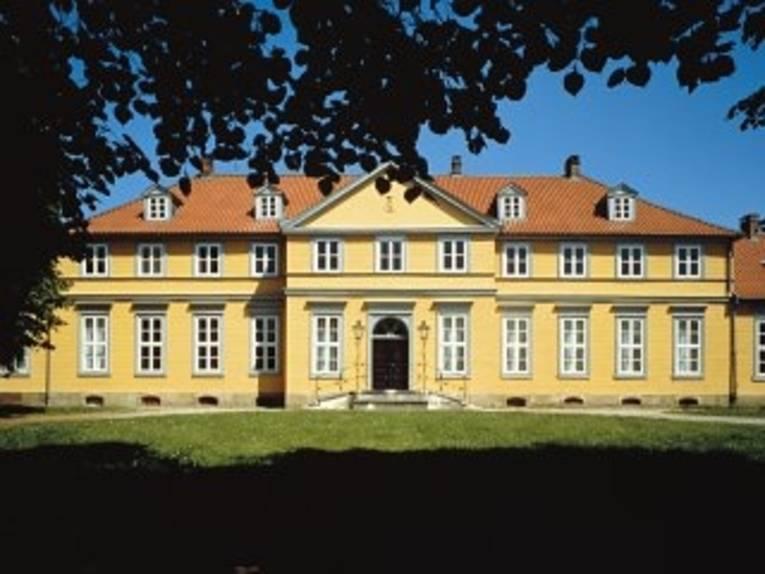 Das imposante gelb gestrichene Fürstenhaus von außen.