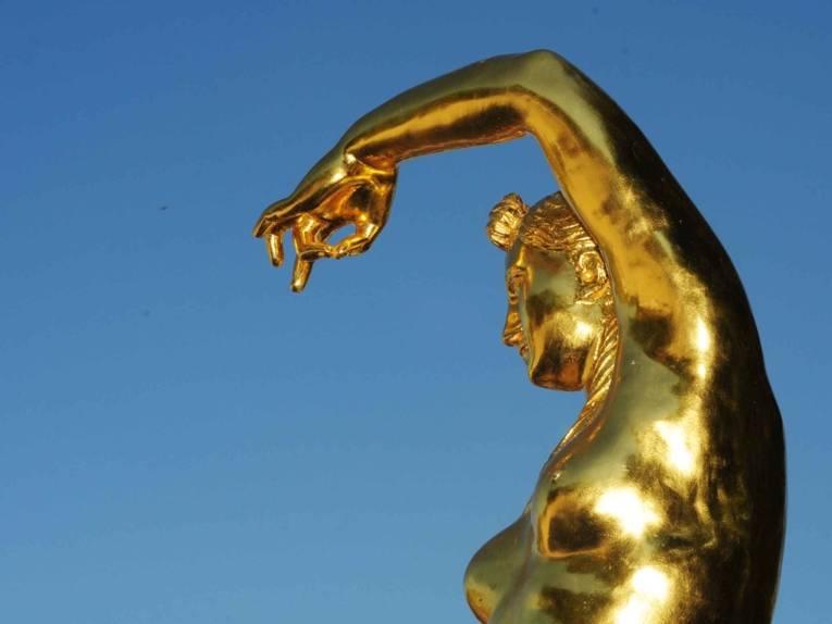 Eine der 18 Goldenen Figuren im Großen Garten