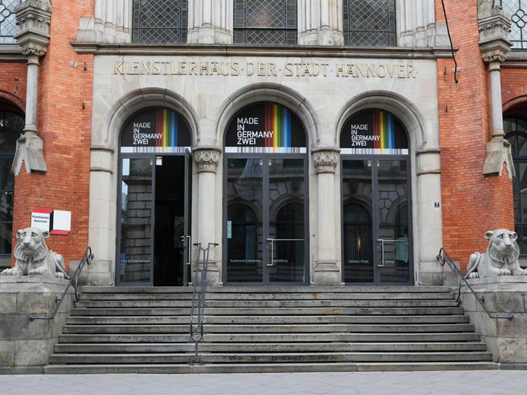 Das Eingangsportal des Künstlerhauses Hannover wird von zwei steinernen Löwen bewacht