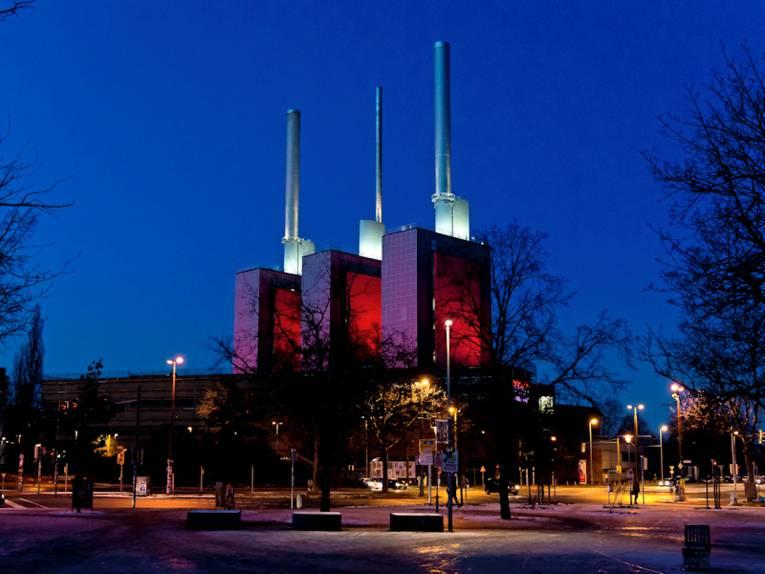 beleuchtete Kraftwerkstürme