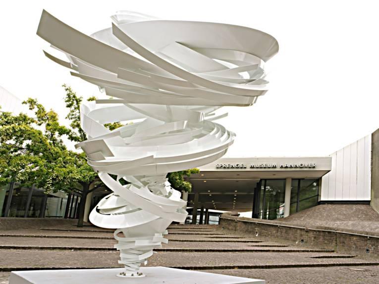 Skulptur vor einem Museum.