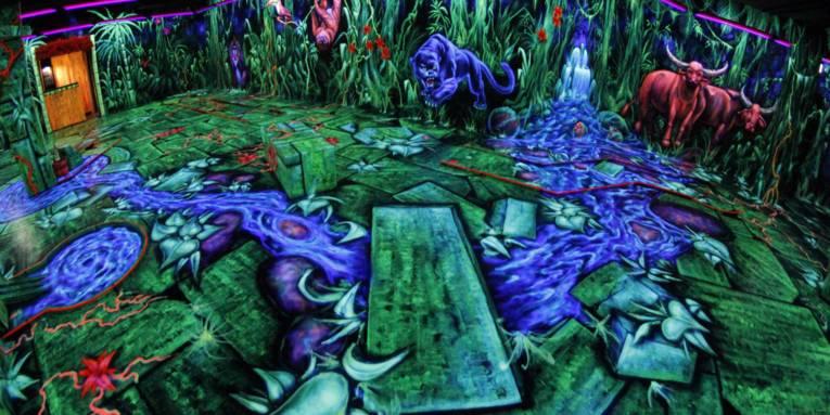 Minigolf-Halle mit Dschungelmotiven als Bemalung.