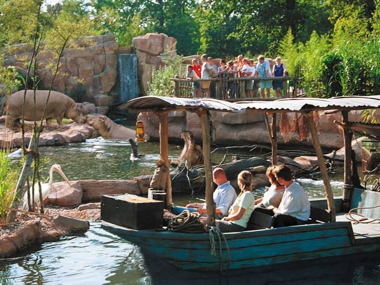 Bootsfahrt im Zoo, im Hintergrund Flußpferde
