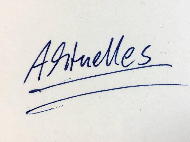 """Eine Schreibmaschine hat """"Aktuelles"""" auf ein Blatt Papier geschrieben."""
