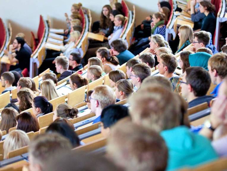 Ein Hörsaal voll junger Menschen.