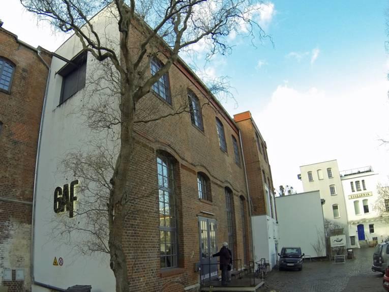 Zweigeschossiges Gebäude an dem an der Seitenwand die Buchstaben GAF angebracht sind.