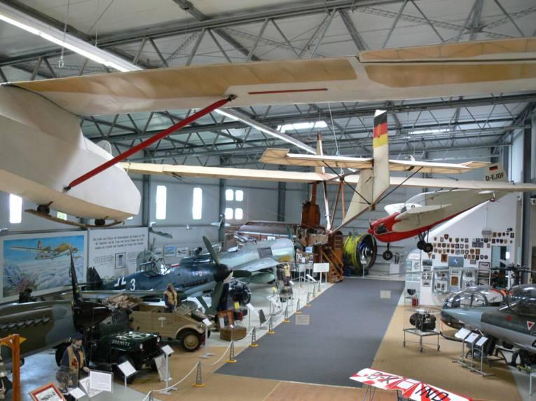 In einer Halle des Luftfahrt-Museums Laatzen-Hannover stehen und hängen verschiedene Flugzeuge.