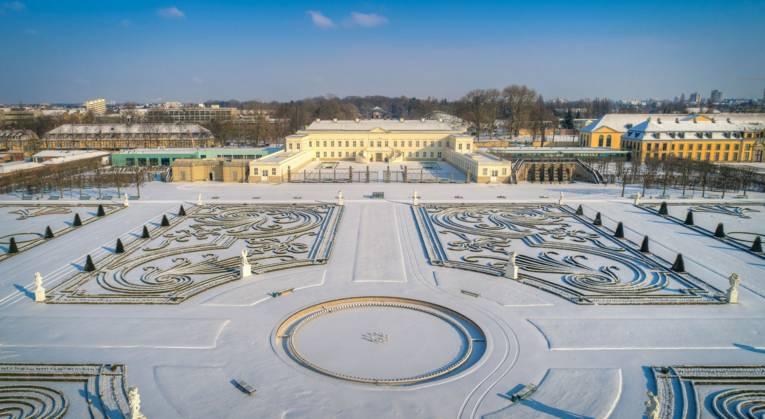 Der Große Garten ist bedeckt unter einer frischen Schneedecke.
