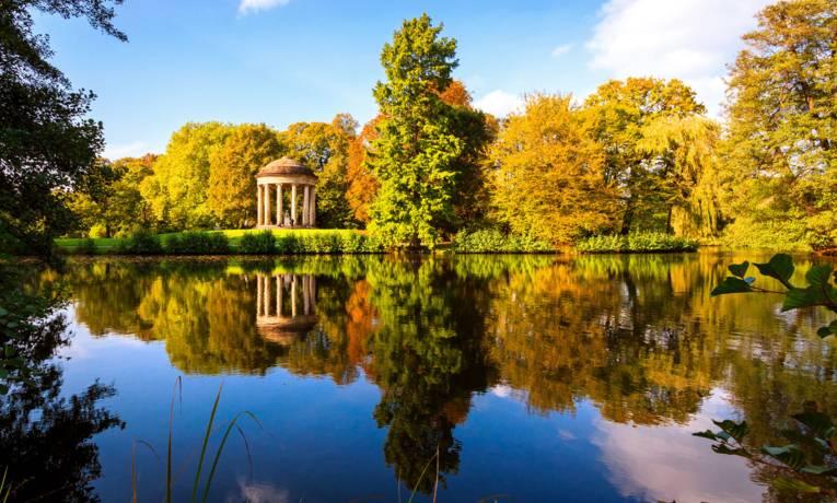 Herbstanfang im Georgengarten mit Blick auf den See am Leibniztempel.